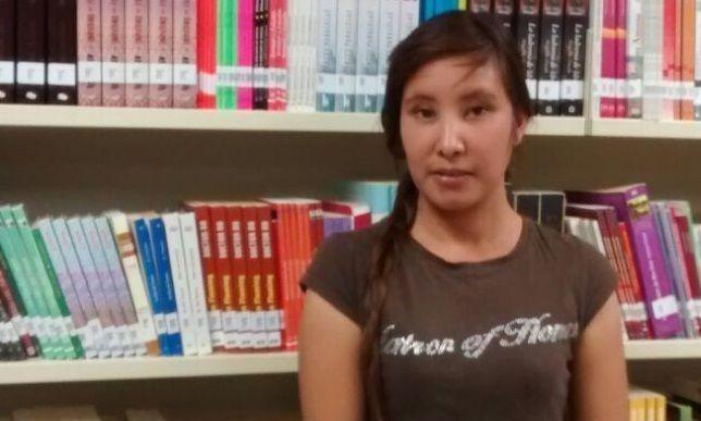Estudiante raramuri realiza servicio social en biblioteca incluyente