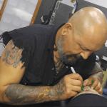 Tatuador, pese al rechazo de familia y sociedad