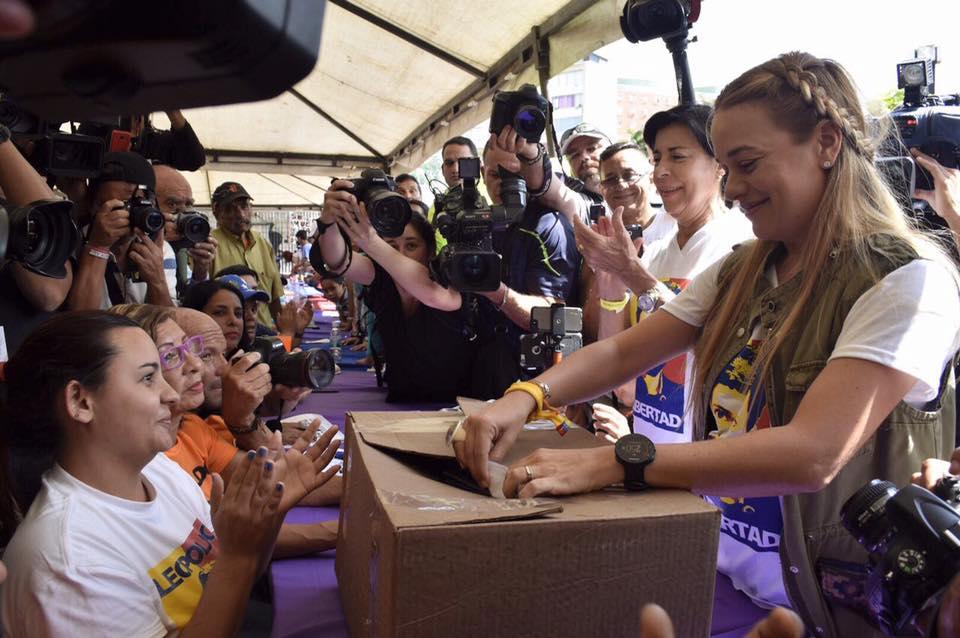 Lilian Tintori votando en la consulta contra Maduro