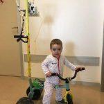 Armando Sonrisas recolecta triciclos para transformarlos en portasueros; la meta, el Hospital Infantil