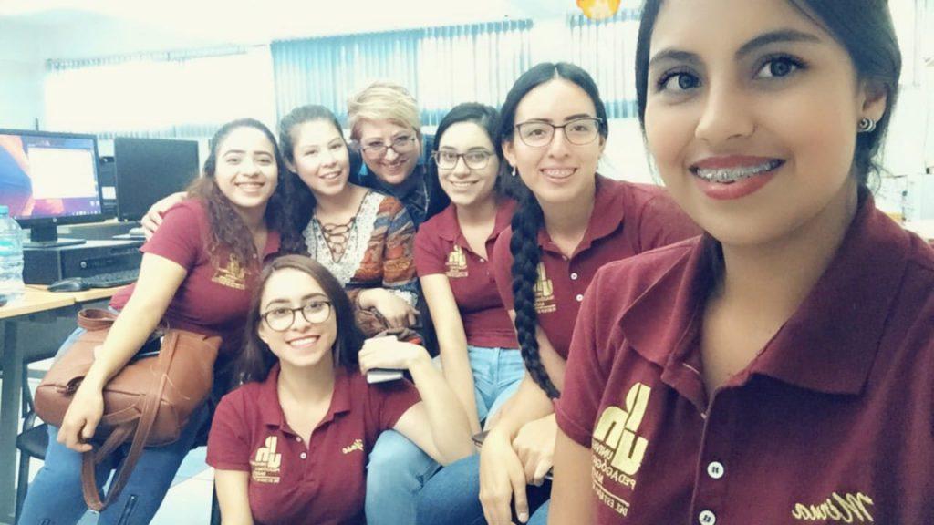 Maestra Silvia Martínez y sus alumnas en UPN